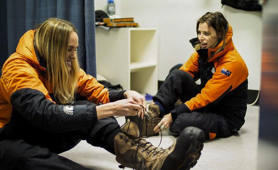 Ashlan Gorse Cousteau und Gin Wigmore probieren ihrer Extreme-Kälte-Ausrüstung in den Räumen von Antarctica New Zealand in Christchurch an.