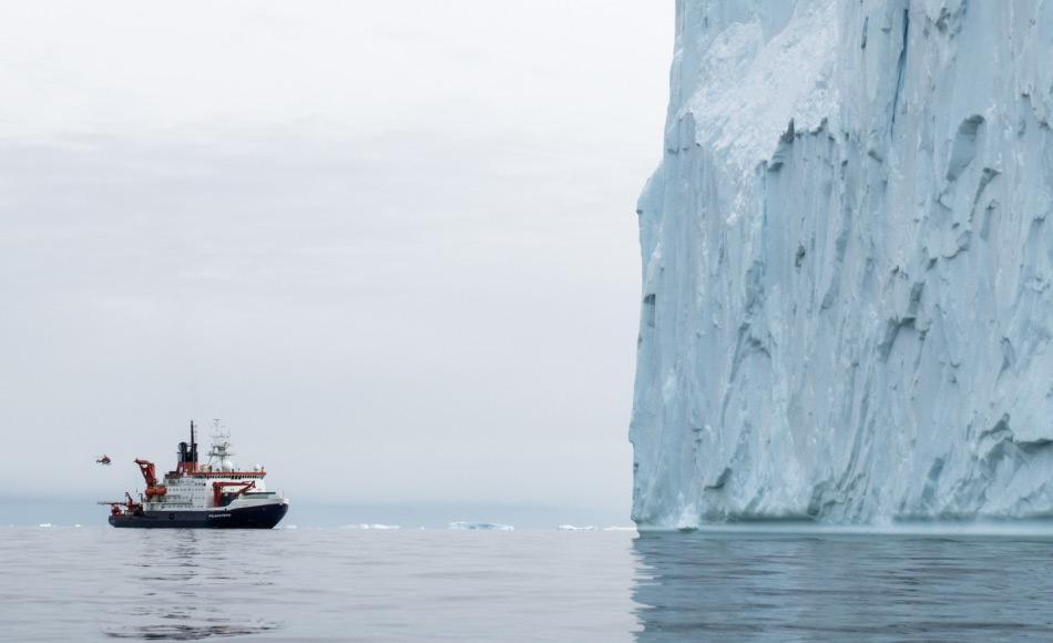 """Die """"Polarstern"""" wirkt winzig vor dem riesigen Eisberg in der Pine Island Bucht. Foto: Thomas Ronge"""
