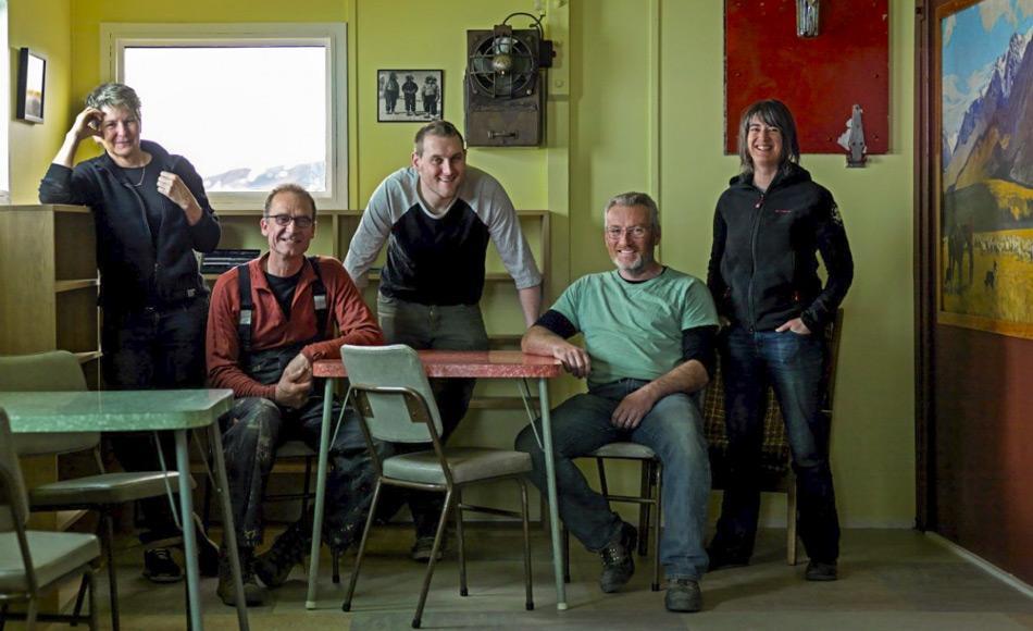 Ein Teil des Teams des Antarctic Heritage Tust, das an der Restaurierung beteiligt war, von links: Sue (Leitende Konservatorin), Martin (Leitender Zimmermann), Ciaran (Konservator), Geoff (Historischer Schreiner) und Lizzie (AHT Programm-Manager-Artefakte). (Bild: Antarctic Heritage Trust)