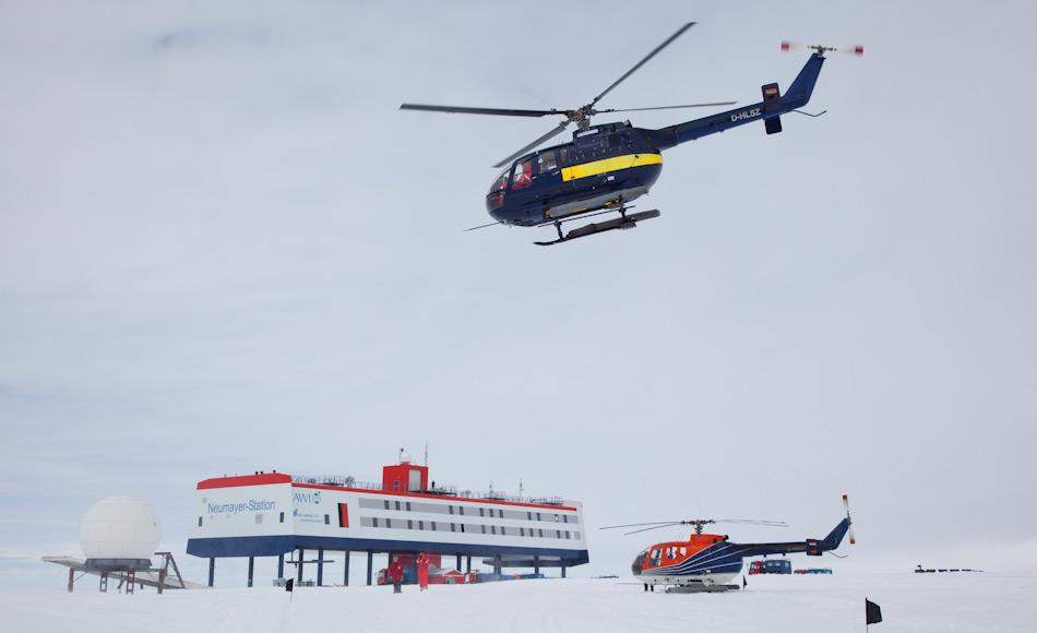 Die deutsche Neumayer III Station ist seit 2009 in Betrieb und liegt auf dem Ekström-Schelfeis. Dadurch treibt die Station bis zu 200 m pro Jahr in Richtung offenes Meer. Bild AWI/Thomas Steuer
