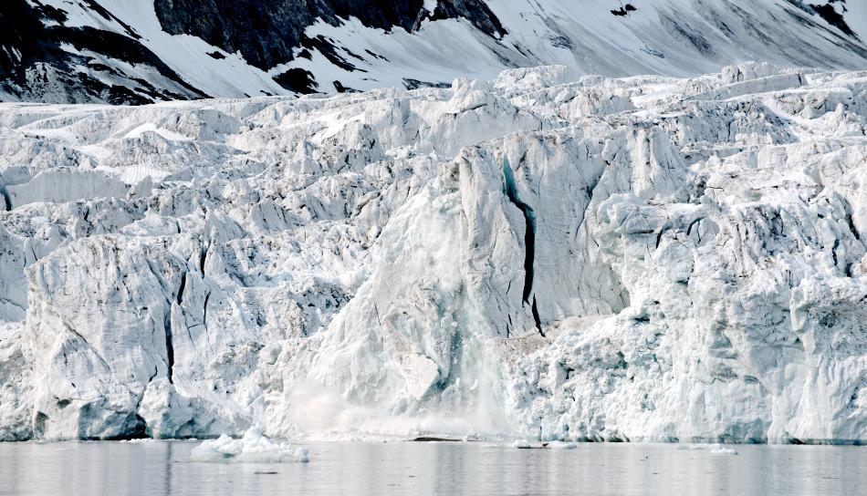 Die neuen Resultate deuten darauf hin, dass warmes Wasser unter den treibenden Gletschern bleibt und sie von unten abschmilzt, was zu Kalbungen und dadurch Masseverlust führt. Bild: Michael Wenger