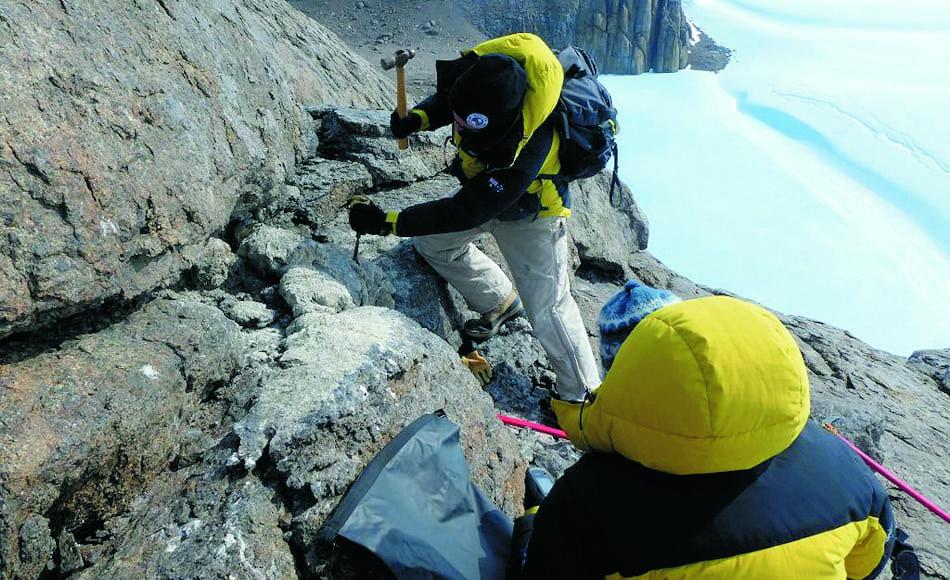 Mitarbeiter Marcus Salton meisselt ein Stück Mumijo vor einer Bruthöhle in den Masson Bergen nahe der Station Mawson, Ostantarktis. Bild: Marcus Salton