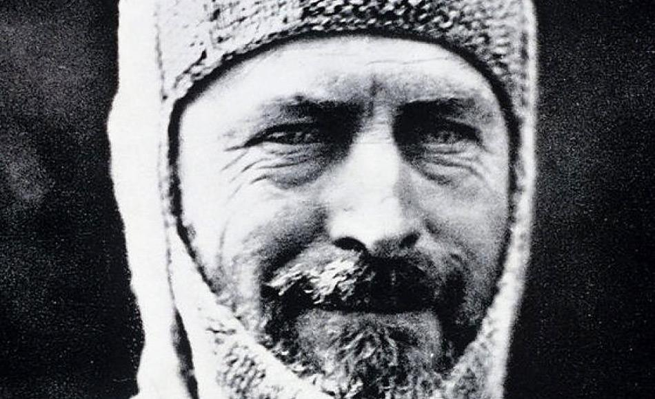 Douglas Mawson war ein australischer Abenteurer und Entdecker. Er wurde, wie viele andere, von der rauen Schönheit Antarktikas gefangen und war an mehreren Expeditionen beteiligt. Auf seiner Australasiatischen Expedition von 1912 überlebte er nur knapp und musste unter extremen Bedingungen überwintern.