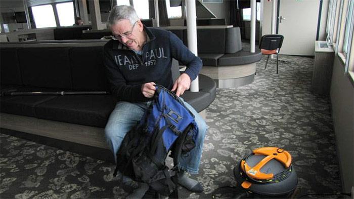 Staubsaugen des Rucksacks