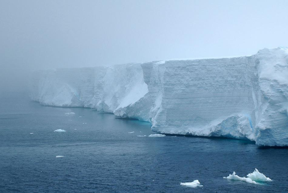 Tafeleisberge sind abgebrochene Teile eines Eisschelfs von Antarktika. Gemäss der Meinung von Klimatologen werden mehr von diesen Eisbergen in den Strömungen rund um den Kontinenten in der Zukunft treiben. Denn kleinere und mittlere Eisschelfe werden schneller auseinanderfallen als die grossen. Bild: Michael Wenger