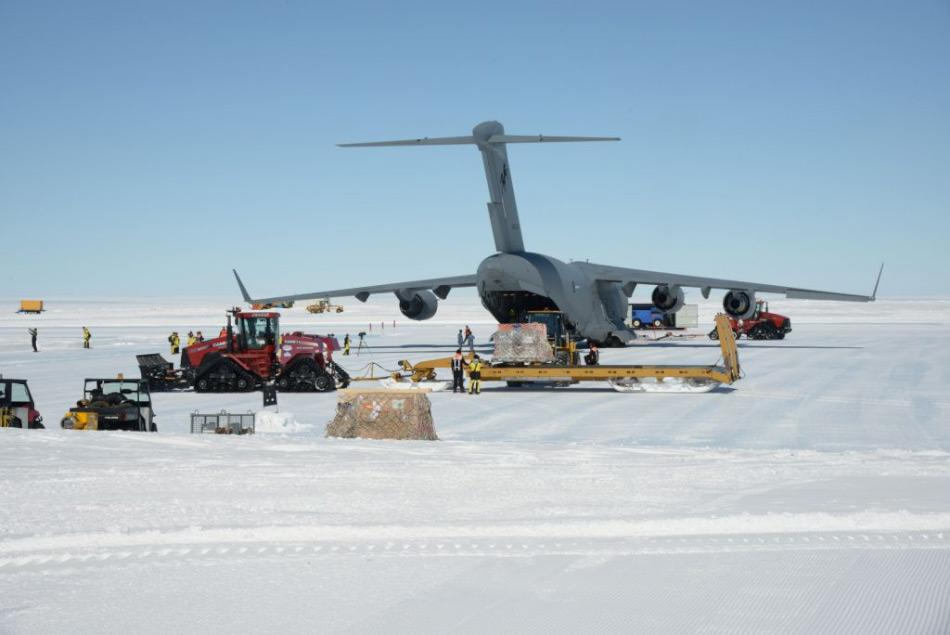 Die C-17A bietet die Möglichkeit, schwere Fracht über lange Distanzen zu transportieren. Dies war bisher nur per Schiff durchgeführt worden. Bild: Justin Hallock
