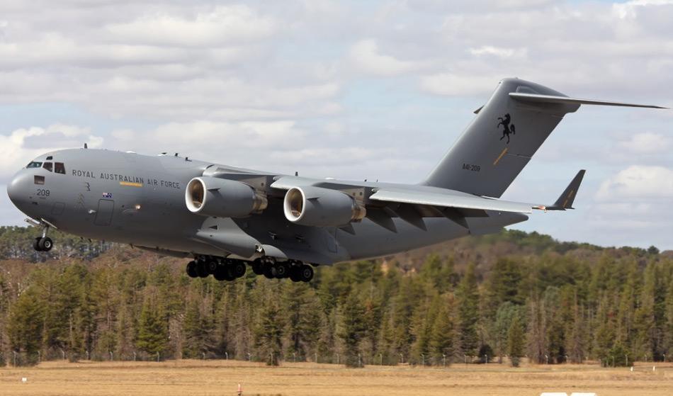 Die C-17A Globemaster III von Boeing ist eine Allzweck-Transportmaschine und die RAAF besitzt deren acht. Sie kann bis zu 75 Tonnen Material laden, hat eine Flughöhe von 8'500 m und eine Geschwindigkeit von 833 km/h. Bild: Jeff Gilbert, Wikipedia