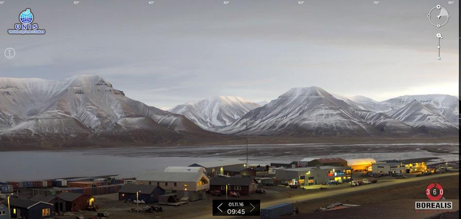 Am 1. November 2016 war Longyearbyen auf Svalbard immer noch schneefrei und der Fjord war eisfrei. Diese Situation entstand aufgrund ungewöhnlich hoher Temperaturen in der Arktis. Doch dies war nicht das erste Mal. Bild: flickr, Tanetahi