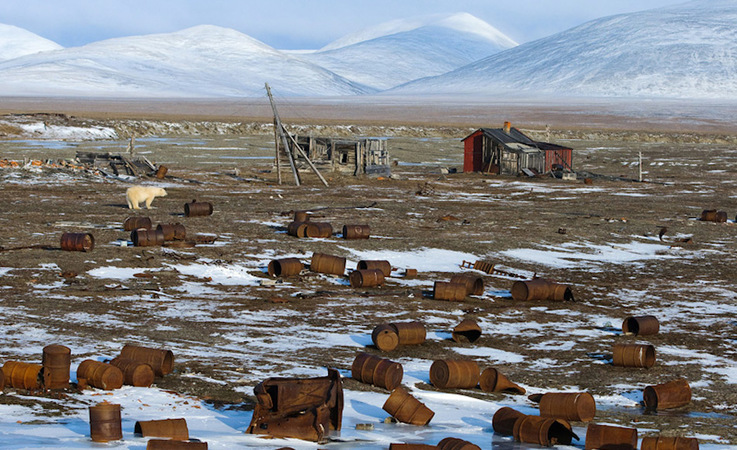 In vielen Regionen der russischen Arktis liegt haufenweise Müll und Schrott in der Gegend und