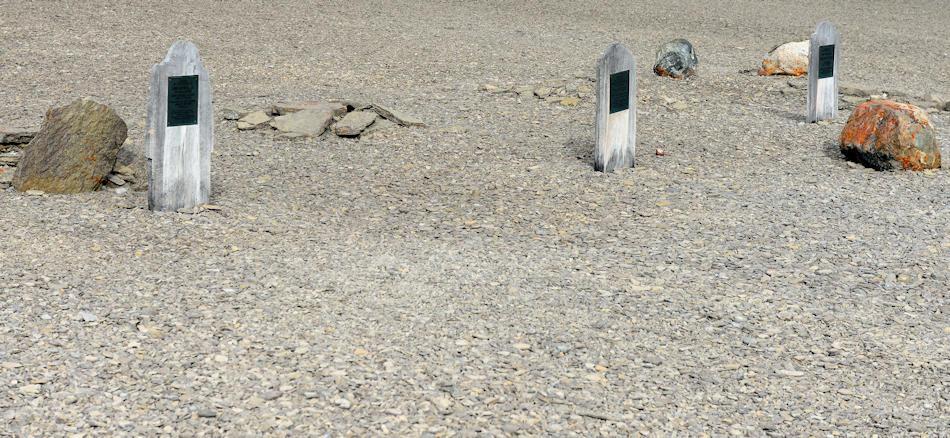 Zu Beginn wurden die Verstorbenen noch begraben, wie auf Beechey Island. Hier liegen 3 Seeleute begraben, bei denen man stark erhöhte Bleiwerte gefunden hatte. Dadurch erhielt die Theorie von der Bleivergiftung Auftrieb. Bild: Michael Wenger