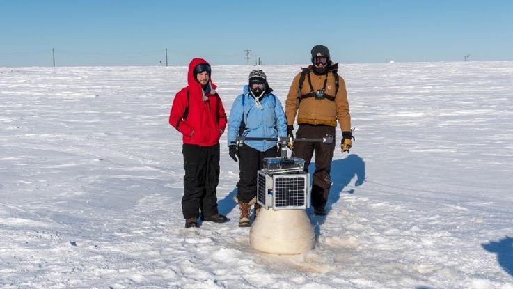 Die Gründerin und CEO von Ice911 Dr. Leslie Field (Mitte) bei Messungen auf dem Testgelände in