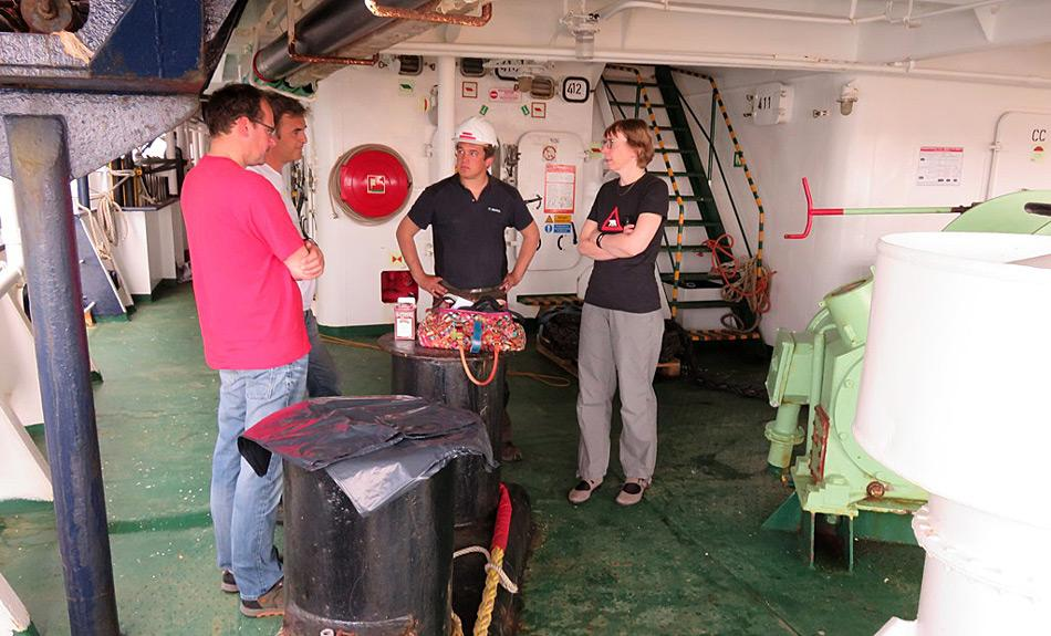 Mark van der Hulst, technischer Direktor bei Oceanwide (2.v.l.) und Frits Steenhuisen (1.v.l.) von der Universität Groningen diskutieren mit Forschern den Aufbau von Laborgeräten auf einem der Aussendecks der Ortelius. Bild: Oceanwide Expeditions