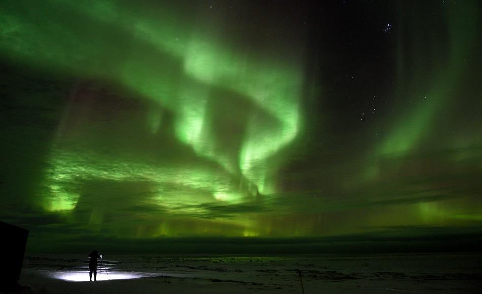 Nordlichter oder Aurora Borealis sind eine der spektakulärsten Sehenswürdigkeiten in der Arktis.  Sie haben die Fantasie der Menschen seit Tausenden von Jahren fasziniert und angespornt.  Sie spielen in den Mythologien der nordischen Völker eine wichtige Rolle.  Bild: Michael Wenger