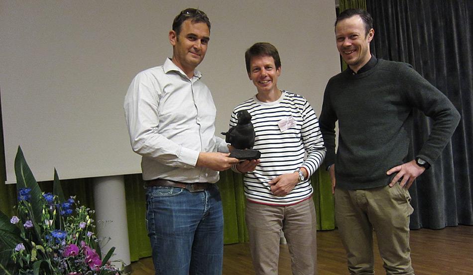 Zum ersten Mal wurde der «Puffin» in diesem Jahr vergeben. Mark van der Hulst (links) und Troels Jacobsen (Mitte) nahmen den Preis von Jørn Henriksen (rechts) von der AECO entgegen. Bild: Frygg Jørgensen