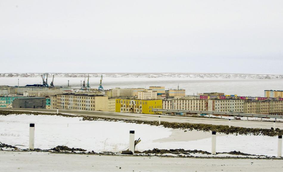 Blick auf Pevek aus dem Süden. Pevek ist eine arktische Hafenstadt auf einer Halbinsel an der Ostseite der Tschaunbucht (ein Teil der Ostsibirischen See). Sie ist die nördlichste Stadt in Russland und Asien und wurde nach dem Ersten Weltkrieg gegründet, um einen Hafen für den Export von Mineralien als Teil des expandierenden Nördlichen Seewegs zu schaffen. Bild: Brian Tibbets