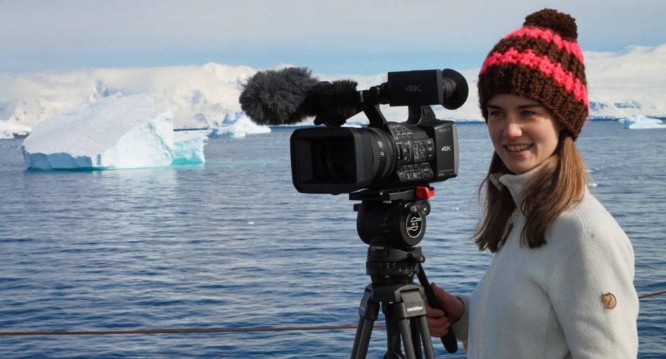 Für ihre Maturaarbeit reiste die 17-jährige Janine Wetter aus Fehraltorf in die Antarktis, wo sie einen Film über Pinguine und den Klimawandel drehte. Janine Wetter: «Mir war von Anfang an klar, dass ich für die Matura keine Schreibarbeit machen wollte, sondern etwas Gestalterisches. Als ich vor eineinhalb Jahren im Internet einen Film über Pinguine gesehen habe, wollte ich mehr wissen über diese Tiere und recherchierte im Netz. Dabei las ich viel über den Klimawandel und wie der sich vor allem in der Antarktis auswirkt. Das weckte mein Interesse, weshalb für mich schnell feststand: Ich will einen Film über Pinguine und den Klimawandel drehen».